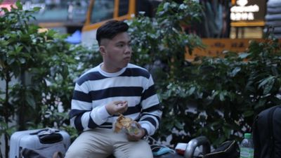 'Để được đi Singapore, tôi chấp nhận xếp hàng mua iPhone không công'
