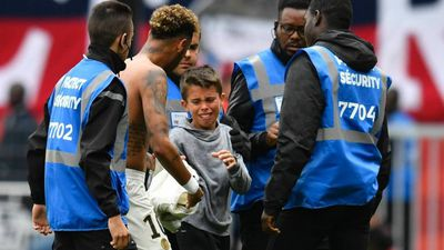 Neymar lại có hành động đẹp với CĐV