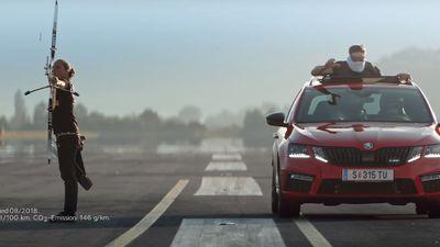 Lập kỷ lục có 'một không hai': Bắt mũi tên đang bay với một chiếc ôtô