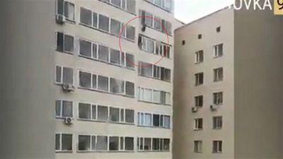 Người đàn ông chụp được bé trai rơi từ tầng 10