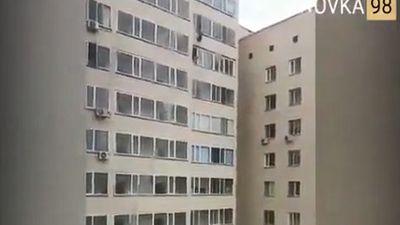 Khó tin: qua cửa sổ tầng 9 chụp được em bé rơi từ tầng 10