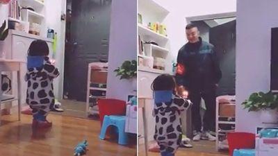 Lịm tim với cảnh cô con gái bé nhỏ cầm bánh sinh nhật, đứng đợi cửa chờ bố về