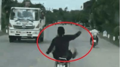 Clip: Thanh niên lái xe máy bằng chân, tay như múa quạt trên đường