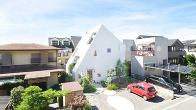 Thiết kế mái dốc cực 'dị', ngôi nhà tràn ngập nắng gió