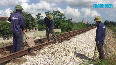 Đã thay thế phụ kiện đường sắt bắc - nam bị bung, lỏng ở Đồng Hới