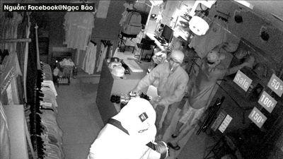 Hai tên trộm đi ô tô ngang nhiên khoắng sạch shop quần áo ở Sài Gòn