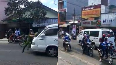 Clip xe khách vi phạm luật đẩy lùi công an Đà Lạt hàng trăm mét trên đường