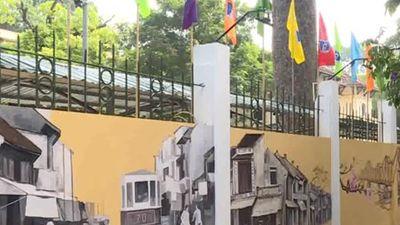 Tranh bích họa vẽ trên tường bao quanh THPT Phan Đình Phùng