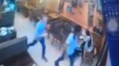 Clip: 2 nam thanh niên người nước ngoại 'ăn quỵt' rồi nhanh chân bỏ trốn ở Sa Pa