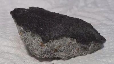 Thiên thạch 4,5 tỷ năm rơi lõm mái nhà dân