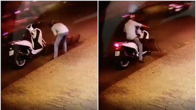 Thanh niên diện đồ bảnh bao đi SH bình tĩnh dừng xe giữa dòng người tấp nập bê trộm chiếc cầu dắt xe vừa to vừa nặng