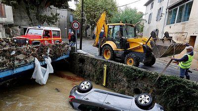 Lũ quét nghiêm trọng cuốn phăng nhà cửa, ô tô ở Tây Nam nước Pháp