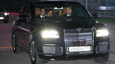 Tổng thống Putin tự lái sedan Aurus trên đường đua F1
