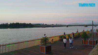 Các bạn trẻ háo hức với cây cầu gỗ lim bên bờ sông Hương