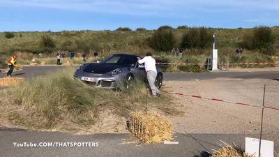 Porsche 911 GT3 RS đâm thẳng vào bãi cỏ do không kiểm soát được tốc độ