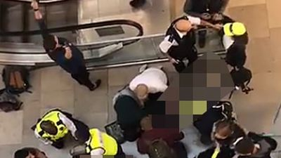 Tai họa trời giáng: Người đi đường cấp cứu do bị thanh niên nhảy lầu tự tử rơi trúng đầu