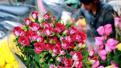 Thị trường hoa dịp 20/10: Hoa hồng tăng giá mạnh