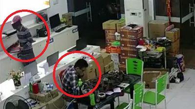 Clip: Nhân viên cắm mặt vào điện thoại, trộm ung dung cuỗm 3 laptop