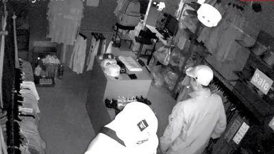 Băng trộm đi ôtô ngang nhiên đột nhập shop quần áo khoắng đồ