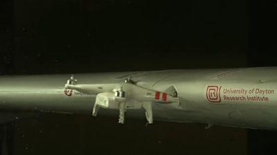 Cánh máy bay bị drone tông thủng ở tốc độ 383 km/h