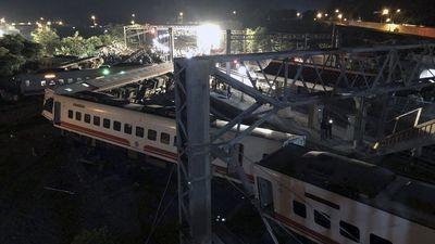 Hiện trường thảm khốc vụ tàu cao tốc trật bánh, lật nhào tại Đài Loan