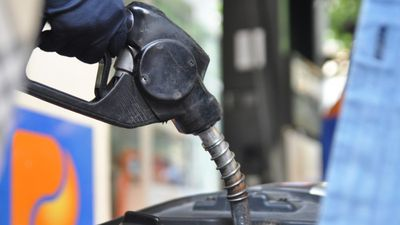 Xăng giảm 224 đồng, dầu giữ giá