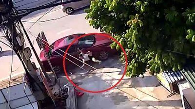 Clip: Ô tô lao lên vỉa hè, tông gục người quét rác ở Thái Nguyên
