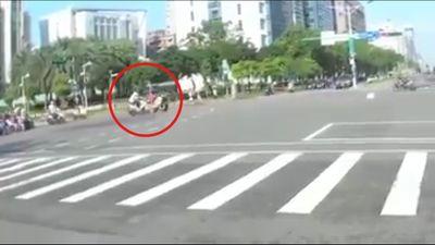 Xe máy vượt đèn đỏ tông nát xe cố chạy qua đèn vàng