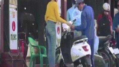 Phì cười clip gái xinh đi xe máy điện vào đổ xăng