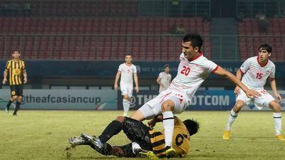 Cận cảnh pha tắc bóng gãy chân đối thủ của hậu vệ U19 Malaysia