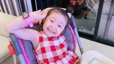 Khoe tự ăn hết bữa tối trong thời gian ngắn, tiểu công chúa 4 tuổi nhà Elly Trần yêu hết nấc tự nhận mình là số 1