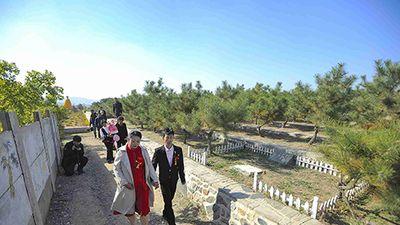 Lý do khiến cặp đôi táo bạo quyết tổ chức đám cưới ở nghĩa trang