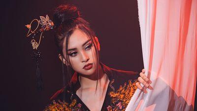 Clip: Tiểu Vy mang bản cover 'Lạc trôi' của Sơn Tùng đến Miss World