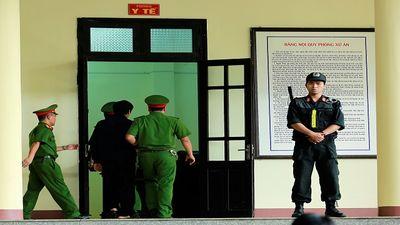Sau ông Vĩnh, ông Nguyễn Thanh Hóa lại vào phòng y tế do tăng huyết áp