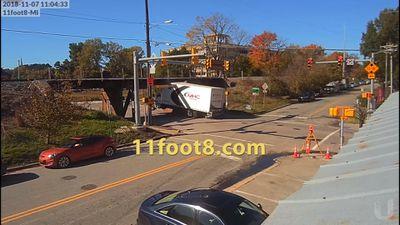 Video xe tải va đâm vào 2 cây cầu trong cùng một ngày