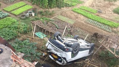 Nữ tài xế Mazda CX5 lùi xe 'bay' xuống bờ kè sông Hồng