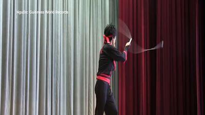 Kỷ lục nhảy dây kết hợp tung hứng đẹp mắt