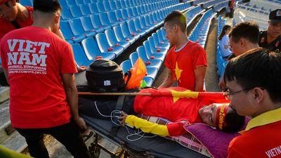 Cổ động viên nằm xe lăn được khiêng lên đỉnh khán đài sân Mỹ Đình