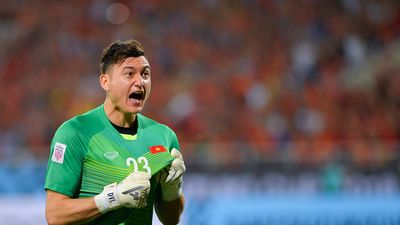 Đặng Văn Lâm gọi các cầu thủ dự bị ra ăn mừng với người hâm mộ