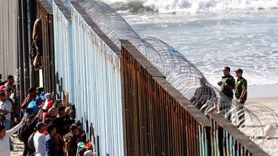 Cận cảnh đoàn người di cư đầu tiên 'chạm mốc' biên giới Mỹ-Mexico