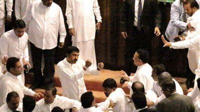 Ẩu đả tập thể tại phiên họp quốc hội Sri Lanka khiến nghị sĩ nhập viện