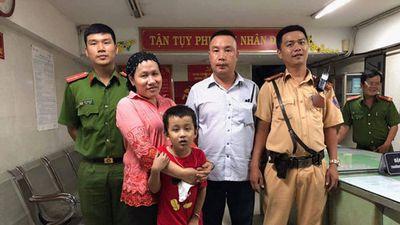 Mừng tuyển Việt Nam thắng Malaysia, cậu bé 7 tuổi đi lạc