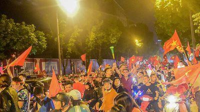 CĐV ăn mừng, đốt pháo sáng khắp nẻo phố Thủ đô