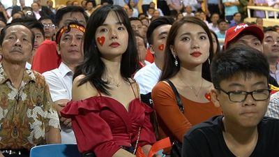 Bạn gái Duy Mạnh, Văn Đức hò hét trên sân, tự hào về đội tuyển Việt Nam