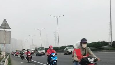 Đoàn 'phượt thủ' nối đuôi nhau chạy bon bon trên cao tốc