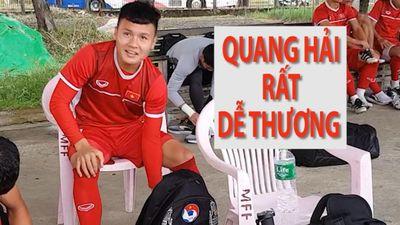 Tiền vệ Quang Hải dễ thương bắt chuyện với phóng viên