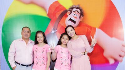 Cả nhà Thúy Hạnh diện đồ màu hồng đi xem phim hoạt hình