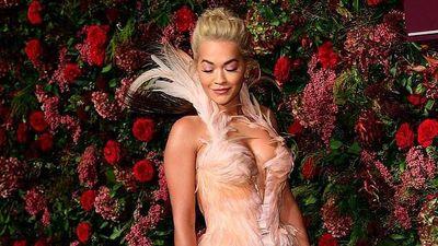 Rita Ora di chuyển khó khăn trên thảm đỏ vì váy bó sát