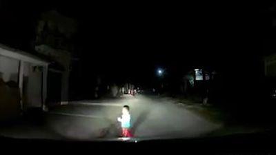 Em bé đột ngột lao ra đường khiến tài xế ôtô phanh gấp
