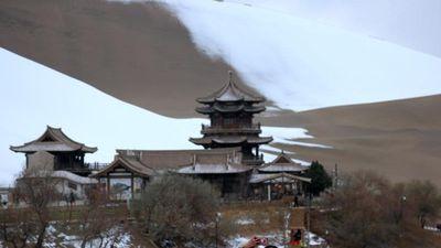 Chuyện khó tin có thật: Kỳ thú tuyết rơi trên sa mạc